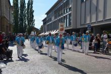 Défilé dans la rue principale de Neuchâtel